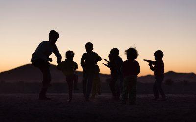 The Adventurizer dansende kinderen Marokko